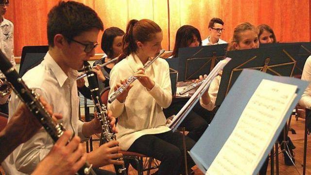 Professeurs et élèves de l'orchestre d'harmonie de 2e cycle ont interprété « Il était une fois dans l'Ouest » et « Apache » à la fin du concert.